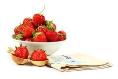 在一个白色盘的新鲜的草莓果子与一把木匙子 免版税图库摄影