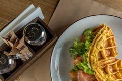 在一个白色盘的法国煎蛋卷 煎蛋卷用法语与沙拉冰山、三文鱼和绿色 饮食煎蛋卷用草本 库存照片