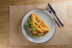 在一个白色盘的法国煎蛋卷 煎蛋卷用法语与沙拉冰山、三文鱼和绿色 饮食煎蛋卷用草本 免版税库存照片