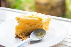 在一个白色盘的蛋糕被吃 库存图片