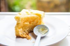 在一个白色盘的蛋糕被吃 免版税库存照片