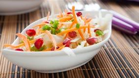 在一个白色碗的新鲜的圆白菜红萝卜沙拉 库存图片