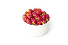 在一个白色碗的新鲜的草莓在白色背景 f 图库摄影