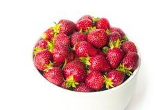 在一个白色碗的新鲜的草莓在白色背景 f 免版税图库摄影