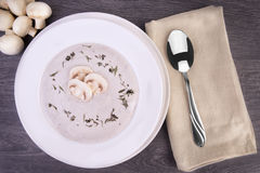 在一个白色碗的新鲜的蘑菇汤 库存图片