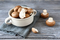 在一个白色碗的新鲜的蘑菇 免版税库存照片