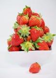 在一个白色碗的新鲜美乔治亚草莓` s 库存图片