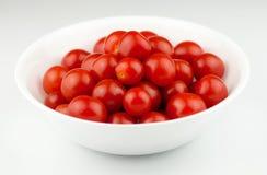 在一个白色碗的新鲜,成熟西红柿 免版税库存图片