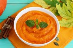 在一个白色碗的有机南瓜纯汁浓汤汤 饮食盘 免版税库存照片