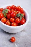 在一个白色碗的有机西红柿 免版税库存图片