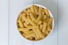 在一个白色碗的未加工的tortiglioni面团 库存照片