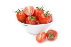 在一个白色碗的湿蕃茄   库存图片