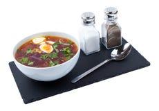 在一个白色碗的罗宋汤 免版税库存图片