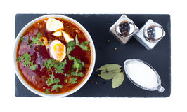 在一个白色碗的罗宋汤 免版税库存照片