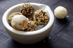 在一个白色碗的自创巧克力核桃甜点使边环境美化 免版税库存图片