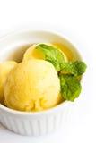 在一个白色碗的芒果冰淇凌在白色背景 免版税库存图片