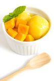 在一个白色碗的芒果冰淇凌在白色背景 免版税图库摄影