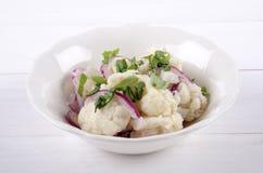 在一个白色碗的花椰菜沙拉 免版税库存照片