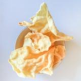 在一个白色碗的酥脆米薄脆饼干 图库摄影