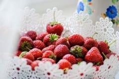 在一个白色篮子,红色,白色和绿色,水多的莓果的成熟开胃草莓 图库摄影