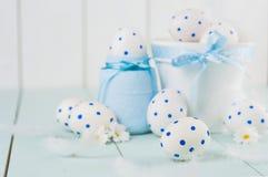 在一个白色罐的白色复活节彩蛋 鸡蛋白色与蓝色圈子的样式的 免版税库存照片
