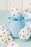 在一个白色罐的白色复活节彩蛋 免版税库存图片