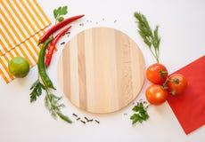 在一个白色背景和切板的菜 图库摄影