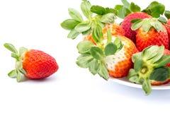 在一个白色背景的草莓 免版税图库摄影