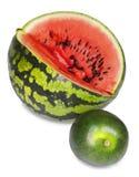 在一个白色背景,大和小,较矮小版本的两个西瓜 库存照片