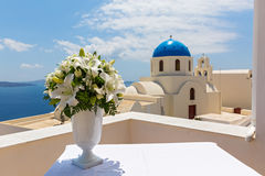 在一个白色花瓶的婚礼花束 库存照片