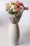 在一个白色花瓶的花束 免版税库存照片