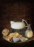 在一个白色茶壶的早晨早餐茶用三明治 库存照片
