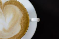 在一个白色茶杯的热奶咖啡咖啡在黑木ba 免版税库存照片