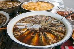 在一个白色锌碗的甜和咸鲭鱼鱼汤出售的在轰隆Lampu市场,曼谷,泰国上 免版税库存图片