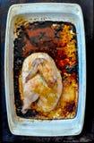 在一个白色长方形烤平底锅的半烤鸡 免版税图库摄影