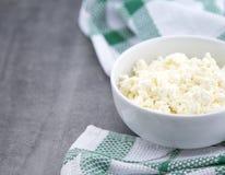 在一个白色陶瓷碗的有机酸奶干酪在厨房用桌上 乳制品健康早餐 库存照片