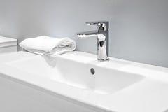 在一个白色水槽的豪华搅拌器在一个美丽的灰色卫生间里 库存图片