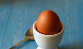 在一个白鸡蛋杯子的煮沸的鸡蛋 库存图片