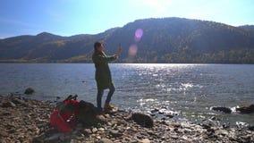 在一个的两录影 二者择一地 可西嘉岛科西嘉岛creno de法国LAC湖山山 秋天 妇女旅游起动的旅客在湖的海岸去 股票录像