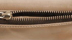 在一个皮包的金黄黄铜拉链 运动的被用拉锁拉上的开放袋子 影视素材
