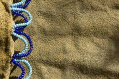 在一个皮革医学袋子的当地美洲印第安人珠饰细工 库存照片