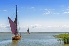 在一个盐水湖的两条Zeesen小船在一个晴天 库存图片