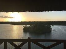 在一个盐水湖中间的日落从小屋 库存照片