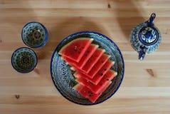 在一个盘子的成熟红色西瓜在乌兹别克人餐馆,撒马而罕,乌兹别克斯坦 库存照片