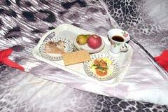 在一个盘子的早午餐在床上 库存照片