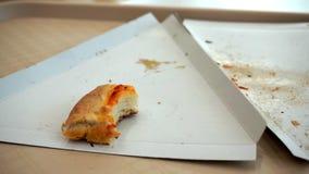 在一个盘子的比萨外壳在咖啡馆购物中心 食物小块  股票录像
