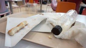 在一个盘子的比萨外壳在咖啡馆购物中心 食物,塑料垃圾小块  影视素材