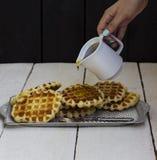 在一个盘子的薄酥饼用蜂蜜 免版税库存图片
