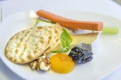 在一个盘子的集合航空餐开胃菜,在一张白色桌上 图库摄影
