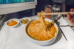 在一个盘子的集合航空餐,在一张白色桌上 免版税图库摄影